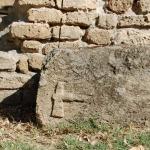 Particolare del blocco con ascia a rilievo, in origine facente parte delle fondazioni.