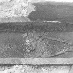 La tomba a sarcofago con i resti dell'inumato al momento della scoperta (da Rivista di Studi Fenici, XXV, 1997).