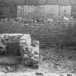 L'interno dell'edificio funerario con la cupa in primo piano, durante lo scavo (da Rivista di Studi Fenici, XXV, 1997).
