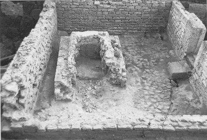 L'edificio funerario visto da ovest, in corso di scavo nel 1981 (da Rivista di Studi Fenici, XXV, 1997).