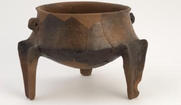 Vaso tripode neolitico (cultura Ozieri).