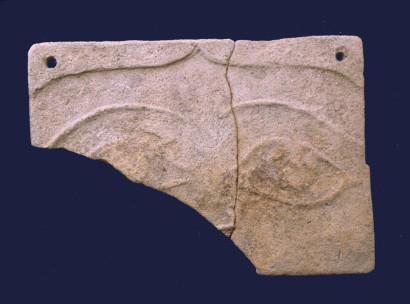 Placchetta in terracotta dal santuario romano del tempio a pozzo.